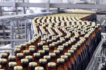 bierflaschen vor dem Etiketieren